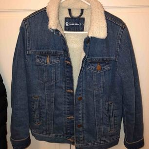 Jättefin jeansjacka till vintern💕 super varm.... xs men passar även x då den är ganska stor