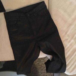 Svarta höga byxor från monki i skinnimmitation. Supersnygga men kommer inte till användning. Sitter tight på hela benet och har lite stretch.