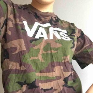 Skitcool t-shirt från VANS! Nyskick och skönt material. Snygg bra Passform. Köpare står för frakt, Annars möts vi upp på söder 🧁