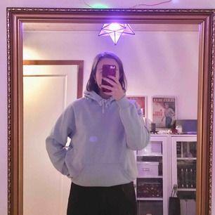 jätte mysig blå hoodie från bikbok i strl S. 150kr exklusive frakt! 😋