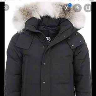 Säljer min canada goose jacka som är använd i endast 1 månad. Jackan är som present så kvitto finns ej men alla tagg kommer.