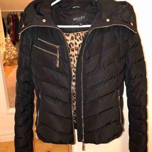 HOLLIES jacka köpt från Jolina💕💕 super fin och mysig! Varm och passar perfekt till vintern