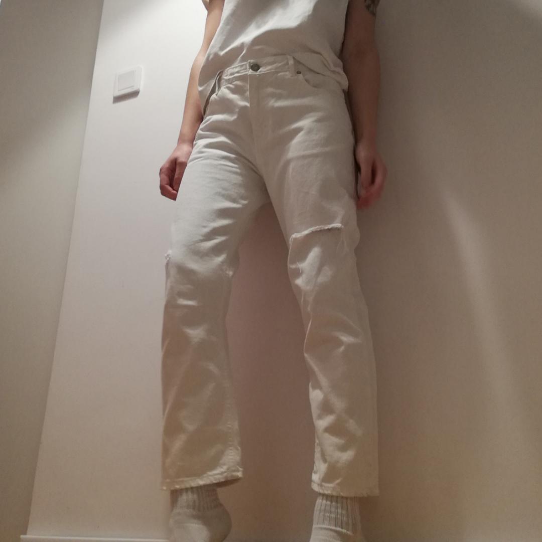 Acne Studios Pop White Trash i stl 36. Croppad boyfriend-modell med fabriksslitningar. Går att ha mer relaxed på höften eller med normal midja. Nypris 1800 kr. Frakt 63 kr. . Jeans & Byxor.