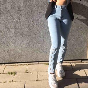 Super snygga jeans från bikbok, sitter snyggt båda bak och fram! använd 1 gång utöver denna bild. Kommer tyvärr inte till användning så ofta för mig💞💞