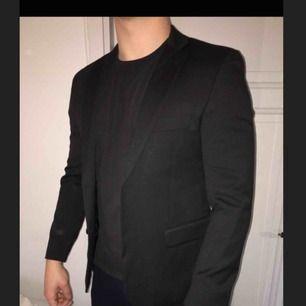 Svart kostym från Dressmann. Storlek 48 i kavajen Storlek 32 i byxorna Säljs pga för liten. Nästintill oanvänd