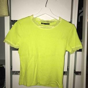 Neon grön tshirt från Zara med spets detaljer. Storleken är L men passar som S/M