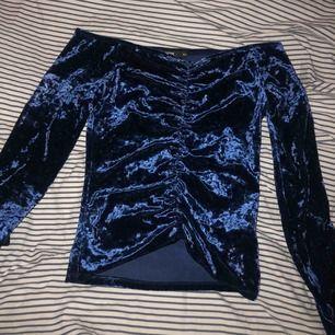 Mörkblå velvet tröja från Bikbok, jätte fin passform och perfekt till lite speciellare tillfällen. Frakt tillkommer