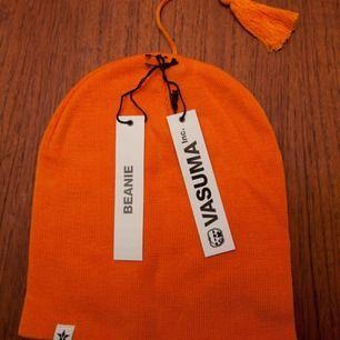 Orange Mössa / Beanie från märket Vasuma, riktigt fin och går att ha på flera olika sätt, både snygg uppvikt eller ej. 40:- plus frakt 18:-