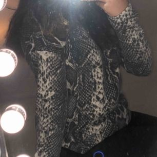 En skön tröja från Gina Tricot med coolt djur mönster på, använd få gånger! Köparen stå för frakt och tar endast swish :)