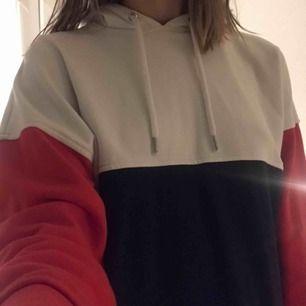 Lite oversized hoodie från monki. Seriöst nästan aldrig använd, tror typ min kompis lånade den någon gång. Den är röd blå och vit samt har snöre att knyta som de flesta andra hoodies
