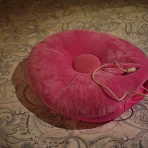 En galet mysig kudde som har en inbyggd högtalare som spelar musik från din mobil :) Funkar endast med det uttaget som visas på bilden