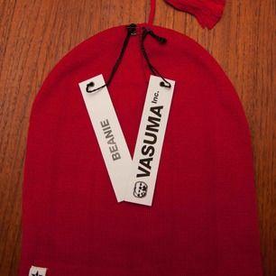 Röd Mössa / Beanie från märket Vasuma, riktigt fin och går att ha på flera olika sätt, både snygg uppvikt eller ej. 40:- plus frakt 18:-