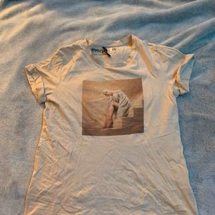 En Ariana Grande tröja från H&M! Använder inte. Väldigt bra skick. Möts upp i Stockholm/söder och kan frakta men köpare står för frakten💞