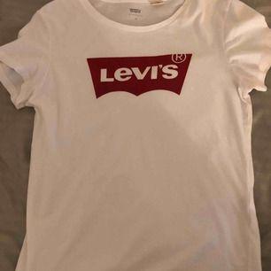 Levis T-shirt Basic vit levis tröja Använd såklart men ser ut som ny
