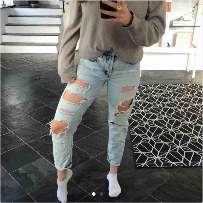 Supersnygga ljusblå håliga jeans, använda Max 2 ggr!. Jeans & Byxor.