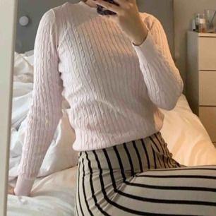 Rosa kabelstickad tröja från Gina tricot, som ny :) köparen står för frakten, annars möts jag gärna upp i Lund!