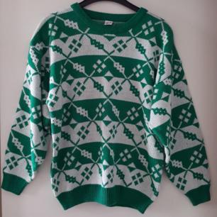 Vintage stickad tröja i fint skick.Står ej storlek men ca som S/M. Fraktkostnad blir 90kr.