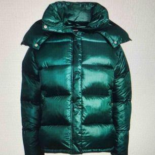 En supercool grön puffer-jacket från bikbok  Helt i nyskick och endast oanvänd några fåtal gånger  Kan mötas i Linköping, annars står köparen för frakten