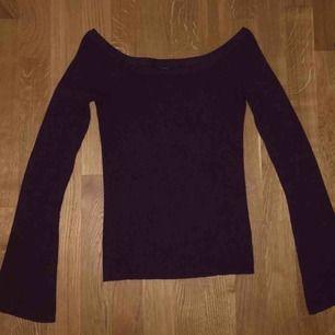 Stickad off-shoulder tröja!! Kan mötas upp i Linköping eller frakta, köparen står för frakten 😙😙