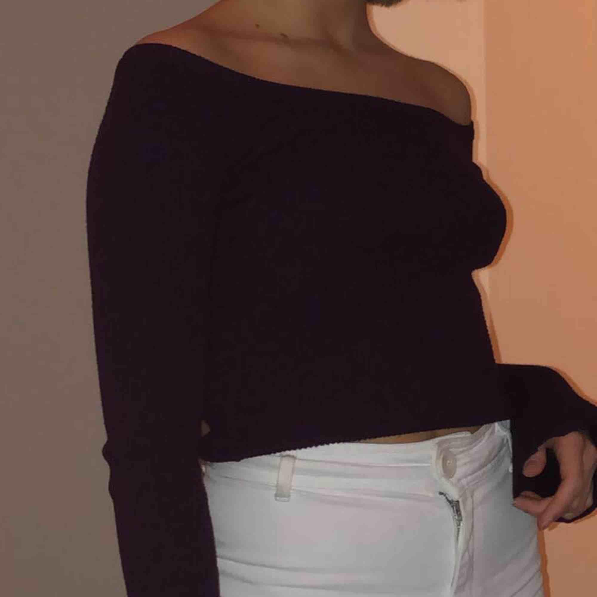 Stickad off-shoulder tröja!! Kan mötas upp i Linköping eller frakta, köparen står för frakten 😙😙. Stickat.