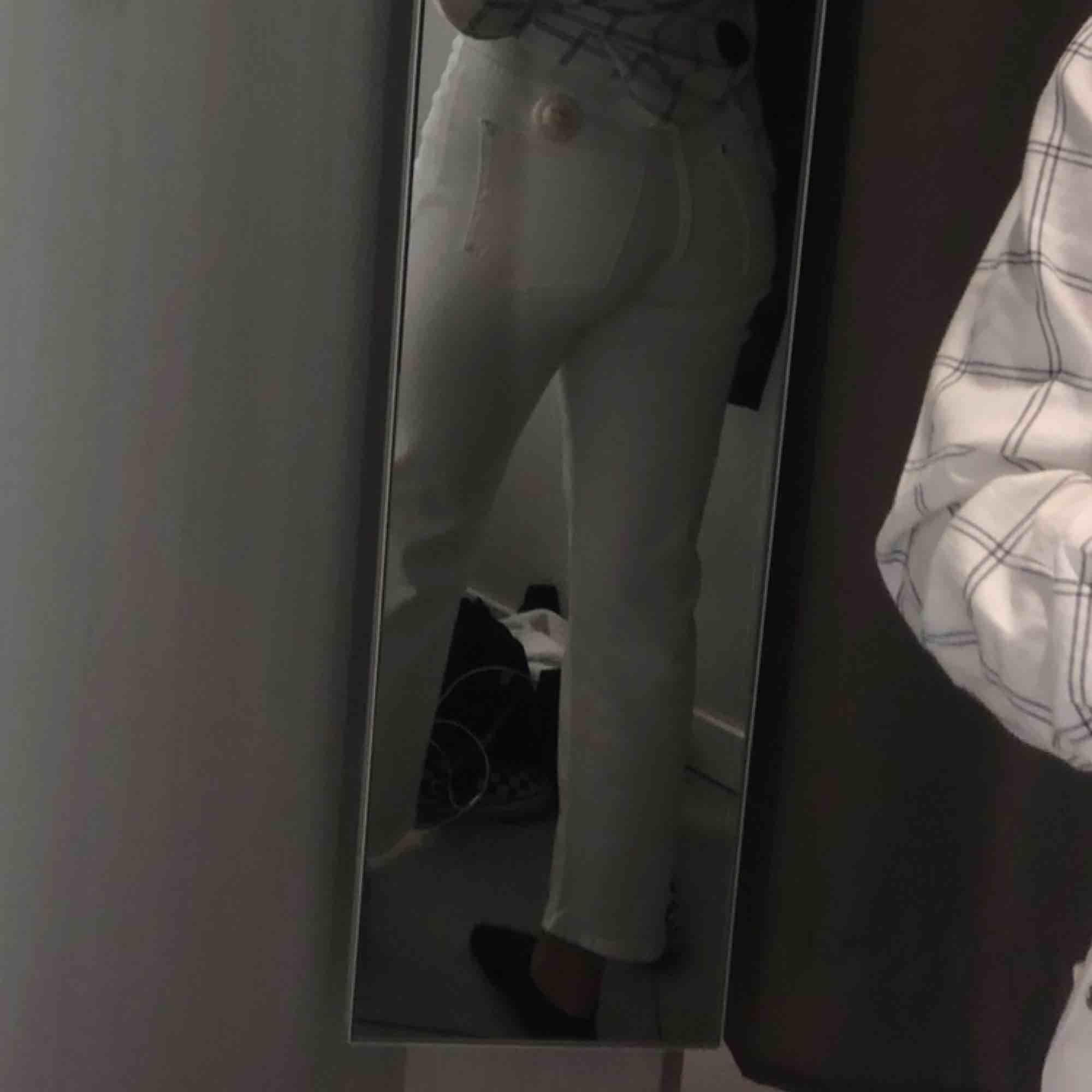säljer dessa vita raka jeansen,  de är avklippta längst ner, ca 1cm bara.  nypris 200kr, mitt pris: 50kr+frakt. Jeans & Byxor.
