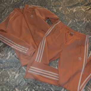 Helt ny aldrig använd adidas dress storlek S i färgen peach/ljusrosa väldigt fin färg. Säljes pga fel storlek nypris 1400 säljes för 1000 pris kan diskuteras vid köp av fler.
