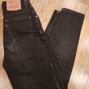 Levi's mom jeans, storlek 26 men skulle säga att dom även passar en 27 då dom är förstora för mig! Köpte dom vintage för bara någon vecka sen men inte använt dom eftersom dom är förstora😭 vill du ha fler bilder på dom får du gärna skriva! Skickar och möter upp men köparen står för frakten😊