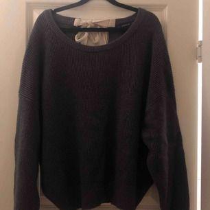Jättemysig ej stickig tröja från Zara storlek Small. Jättesnygg passform, går att ha både vanligt och lite nerdragen över axeln. Köparen står för frakt!
