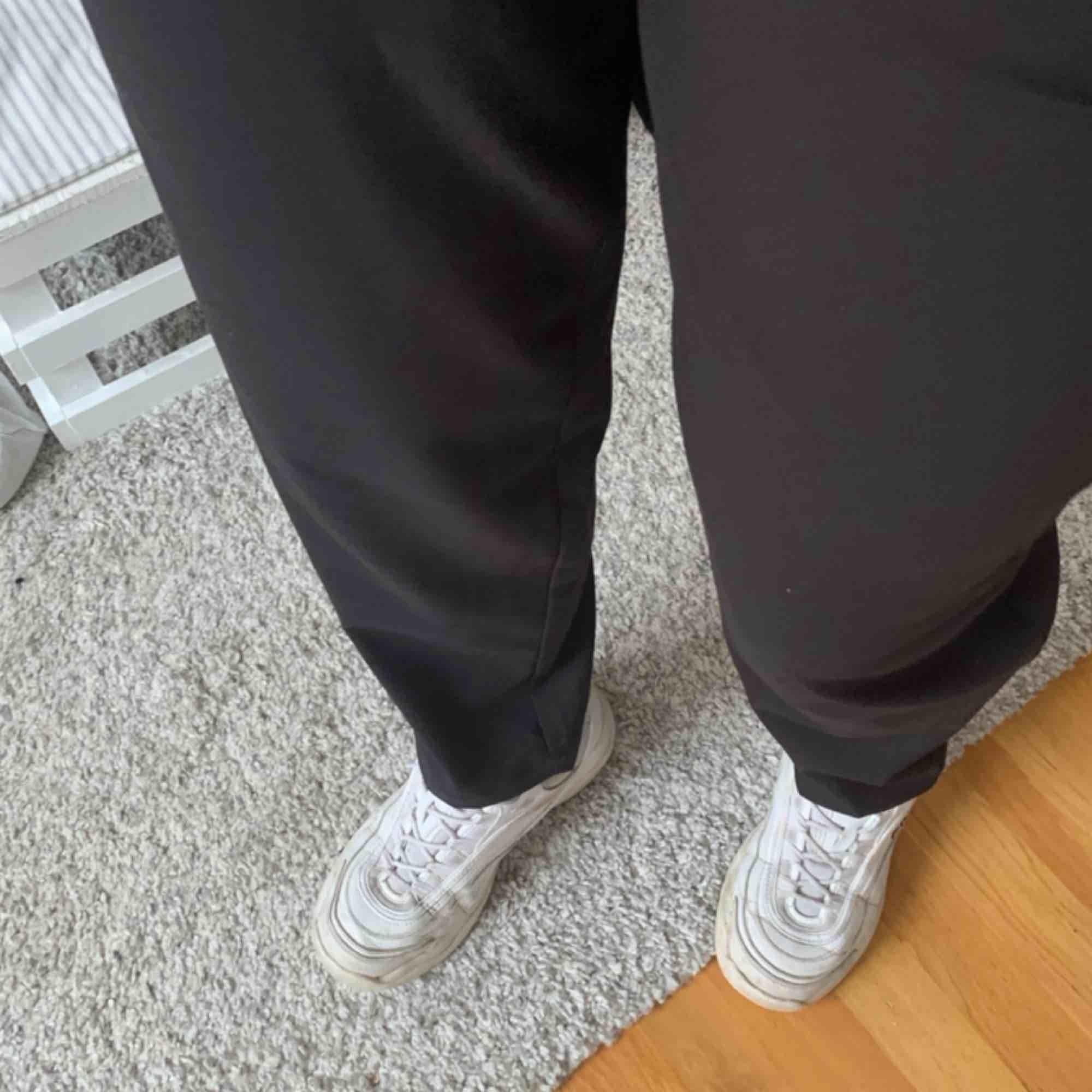 Oanvända konstymbyxor från bikbok. Hellånga på mig som är 174 cm lång Köparen står för frakten. Jeans & Byxor.