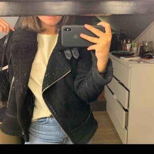 SÖKER en sån här jacka från Zara i stl XS! Kontakta mig gärna om du vill sälja en eller vet någon annan som säljer, letar verkligen!!!!!!