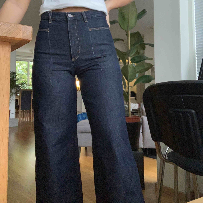 Så sjukt snygga jeans från Cos, nästan aldrig använda. Mörkblåa med beiga sömmar, sjukt bekväma och breda i benen. Jeans & Byxor.