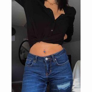 Säljer dessa skit snygga jeans som jag för ett tag sen köpte ifrån en annan tjej här på plick. Säljs för att jag inte använder dem. Från gina storlek xs  Obs, första bilden har ett filter vilket gör att byxorna ser ljusare ut...Frakten ingår i priset! 🌸