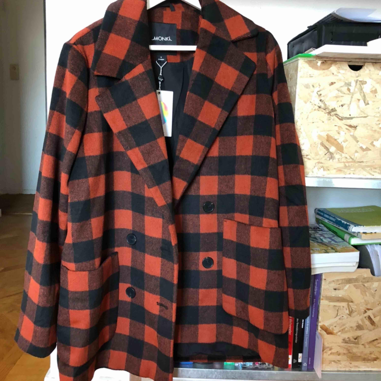 Storleken är en S/M. Oanvänd. Prislappen är kvar. Fodrad och skön. 26% ull så värmande. . Jackor.