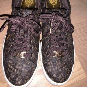 Jag säljer ett par nästan oanvända Michael kors skor, köpta i Paris förra året. Använd enbart 3 gånger och är i mycket bra skick. Gör en garderob rensning och därför säljs dessa skor, för jag har ingen användning av dem. Kan tänkas gå ner i pris.