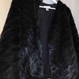 Faux fur jacka, använd enbart 2 gånger. Säljs för att den är stor på mig men den är super fin och i bra skick.