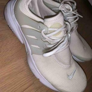 Nike presto skor, haft dom ett tag men inte använd så mycket därför säljs dom till ett så billigt pris för jag vill bara bli av med det :)