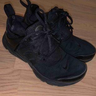 Svarta Nike presto,  välanvända men i ett bra skick. Längesen dom var på men de är super sköna.