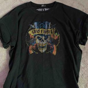 Guns N' Roses tröja från Gina. Det finns ett smått hål som inte går att se där bak samt lappen är avklippt