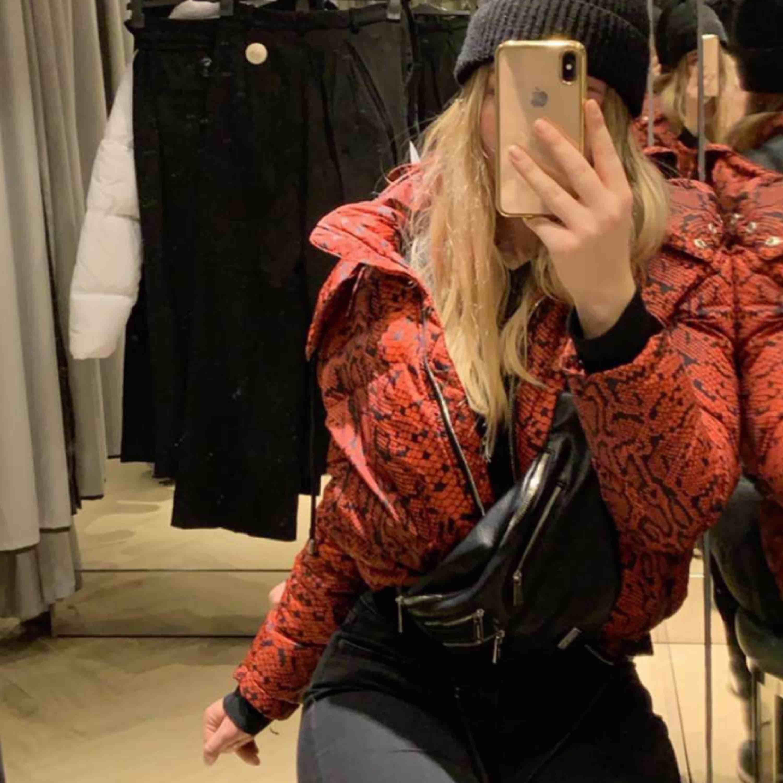 Cool jacka från Zara i toppenskick köpt förra vintern! . Jackor.