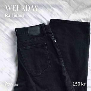 Svarta jeans från Weekday i den populära modellen Rail. Mycket fint skick! Storlek: W24/L30. Köparen står för frakten!