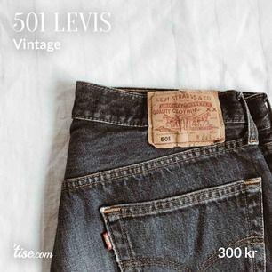 """Blå Levis-jeans i den populära modellen 501. Snygg vintage """"slitning"""", mer slitning vid byxslutet. Stl: W35/L34 motsvarar ca L, stor M. Köparen står för frakt!"""