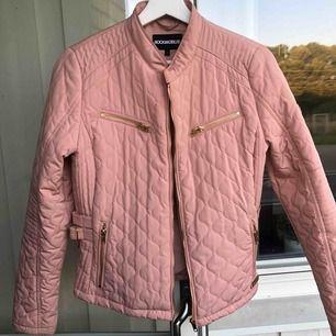Säljer min jacka från rock and blue. Rosa, fin jacka med gulddetaljer, använd fåtal gånger, i bra skick. Storlek 38. Nypris 1500:-
