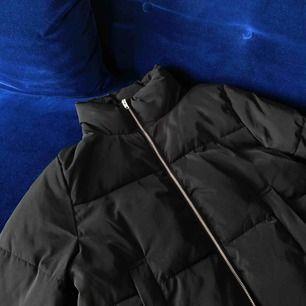 Populär svart puffer jacka från H&M. Superfint skick och varm! Har elastiska band i nederkanten så den kan justeras för att bli lösare eller tightare runtom. Möts upp i Stockholm eller skickas mot frakt ⭐️
