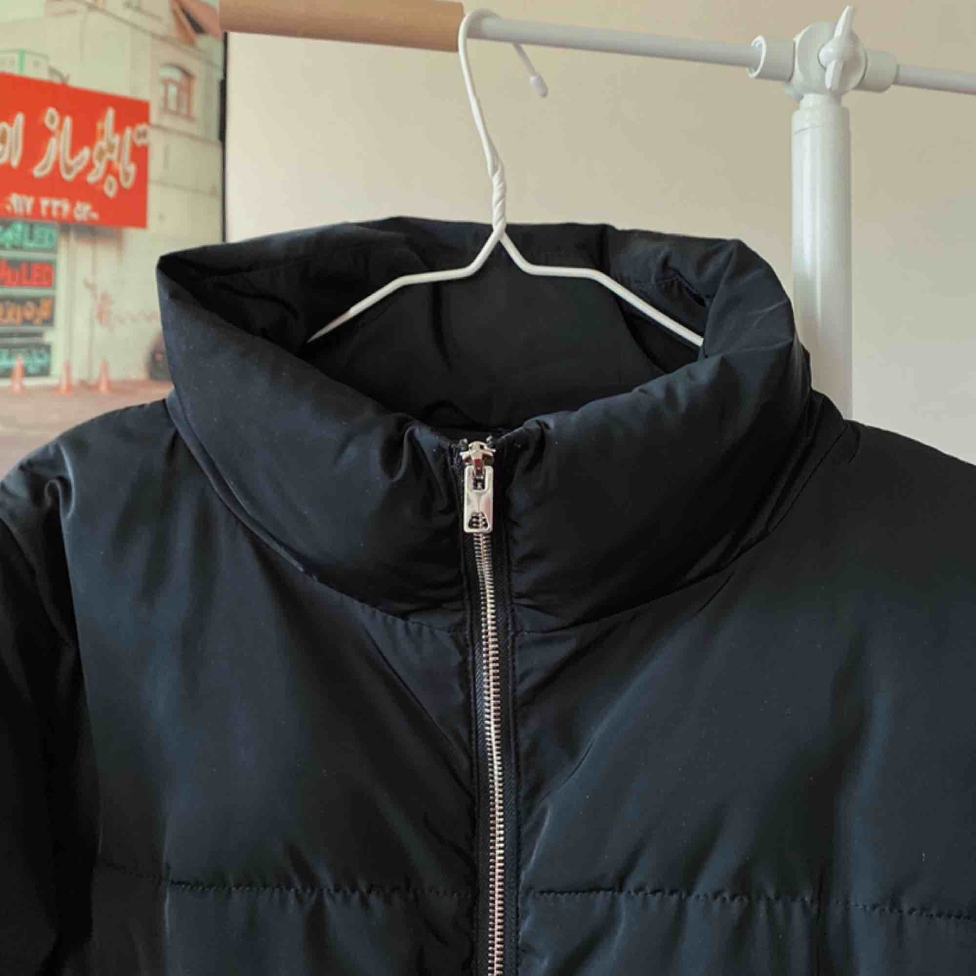 Populär svart puffer jacka från H&M. Superfint skick och varm! Har elastiska band i nederkanten så den kan justeras för att bli lösare eller tightare runtom. Möts upp i Stockholm eller skickas mot frakt ⭐️. Jackor.