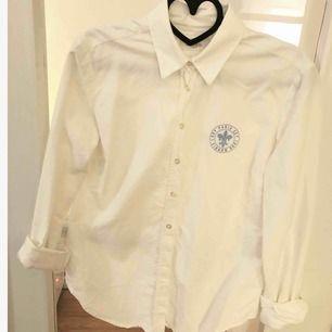 Säljer vit skjorta från Morris lady, använd 1 gång, storlek 36. Nypris 999:-