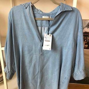Säljer helt ny jeansfärgad blus från ZARA, lappen fortfarande kvar. Storlek xs, nypris 399:-