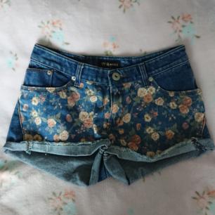 Supersöta shorts med blommiga detaljer!!  Står ingen storlek men uppskattar XS-S. Bra skick!!  Rökfritt hem men har katter. Kan skickas men då står du för frakten.