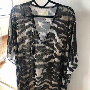 Stor blus/tunika från ester Elenora, one size, snörning i halsen, se bild 3, använd 1 gång, nypris 800:-