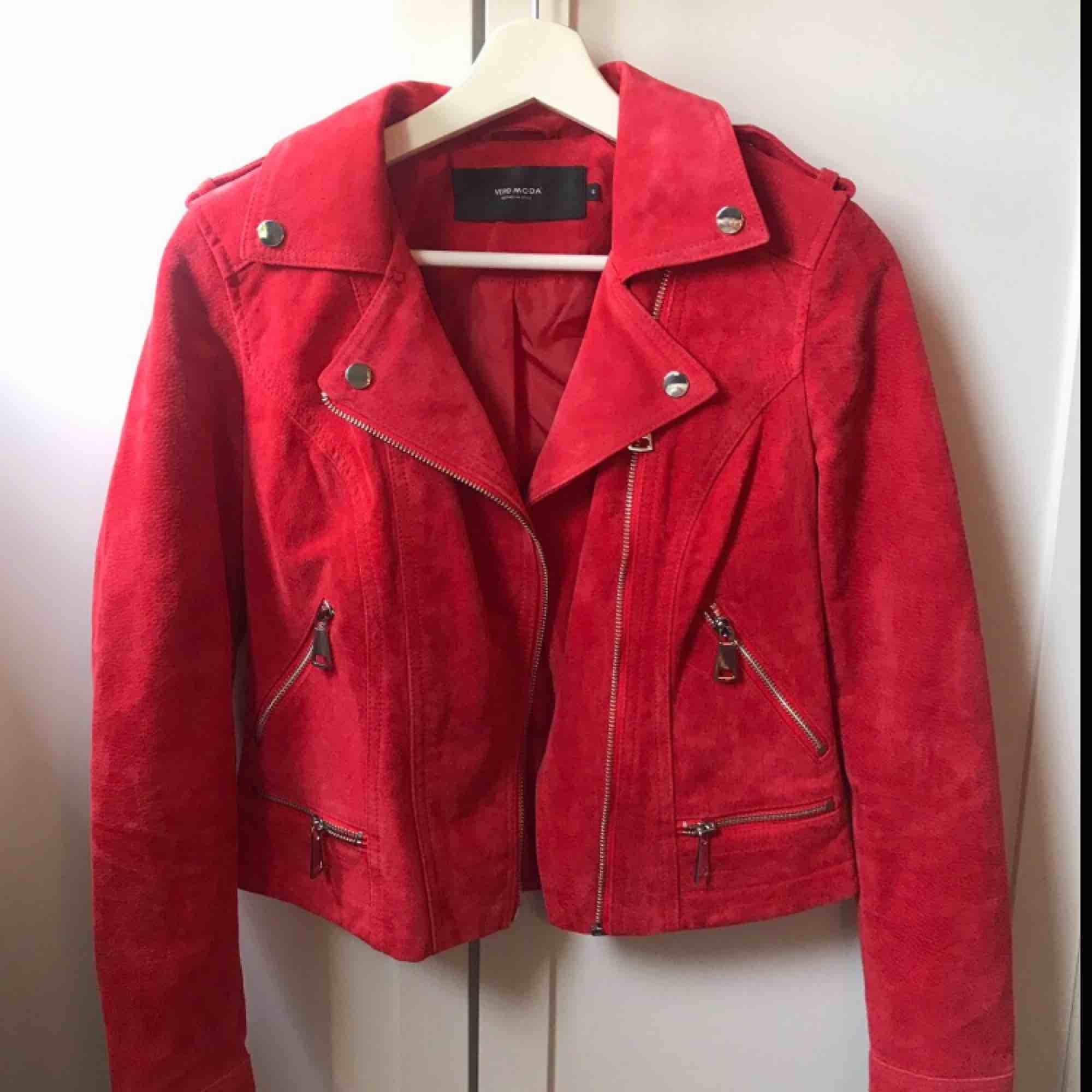 En röd mocka jacka. Använt sällan och i bra skick. . Jackor.