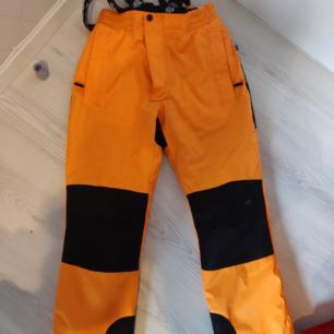Använda 1 säsong i sälen som snowboard byxor. Fint skick. Mötas upp i Norrköping eller köparen står för frakten 💕